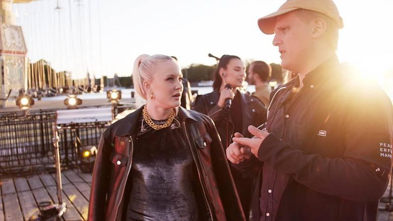 Exekutiv producent Jonathan Nordin tillsammans med Zara Larsson under inspelning.