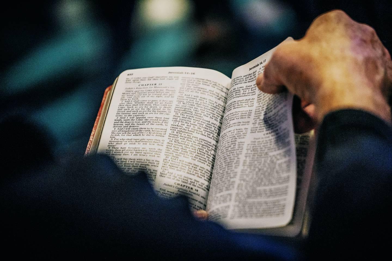 En man läser Bibeln.