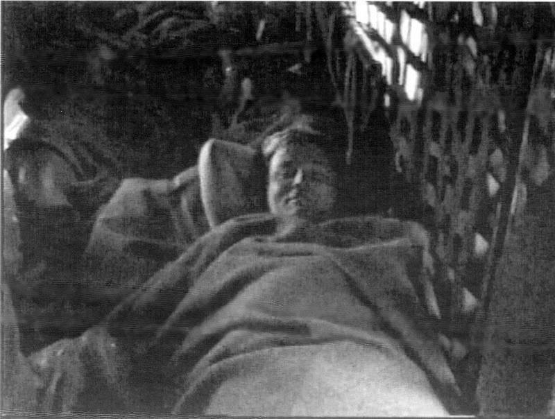 Överlevaren Kent Härstedt i räddningshelikoptern. Han räddades från en upp och nedvänd livflotte drygt fem timmar efter att färjan gick under.