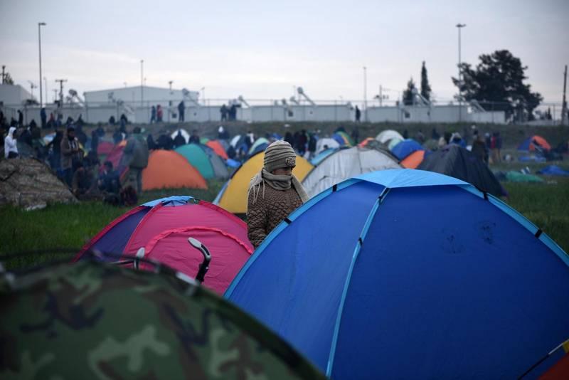 En flicka utanför sitt tält i ett flyktingläger i byn Diavata, väster om Thessaloniki.
