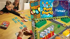 Spelrecensioner: Hanabi, Twin it! och Pool Party – tre snabba spel i liten förpackning