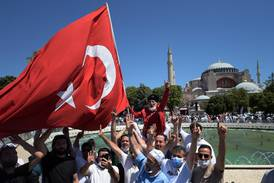 Fredagsbön i Hagia Sofia samlade tusentals
