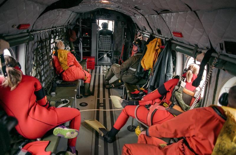 Grodmän från räddningspersonalen på svenska marinens helikopter i samband med räddningsaktionen för att bärga passagerare från M/S Estonia.