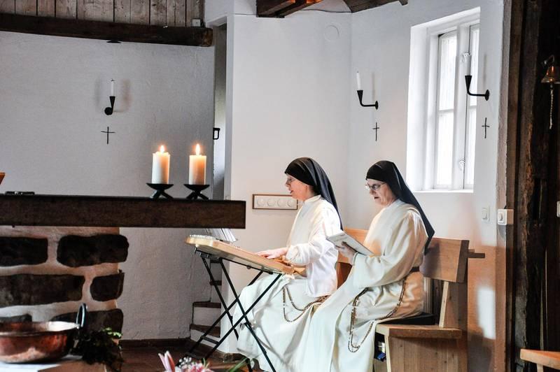 Syster Sofie under bönen i kapellet.
