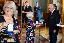 Stolt Elise Lindqvist tog emot medalj av kungen