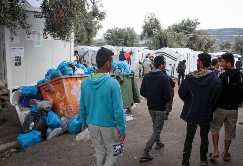 I världens flyktingläger råder nästan hundra procents arbetslöshet, kriminaliteten är hög och vården begränsad. Om vi vill ta Jesu gyllene regel på allvar, då behöver flyktinglägren avlastas, skriver debattörerna. Bilden: ett grekiskt läger.