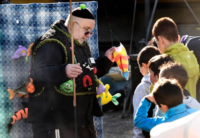 Franciskusdagen i Kungsträdgården i september 2016. På bilden franciskanbrodern Jan som har ordnat fiskdamm år barnen.