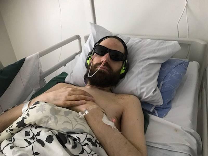 Holger Klintenberg är så svårt sjuk i ME/CFS. Han klarar inte av starka intryck och bär därför solglasögon och hörselkåpor.