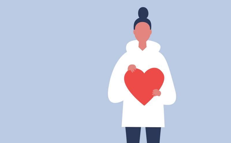 Kvinna håller i ett hjärta.