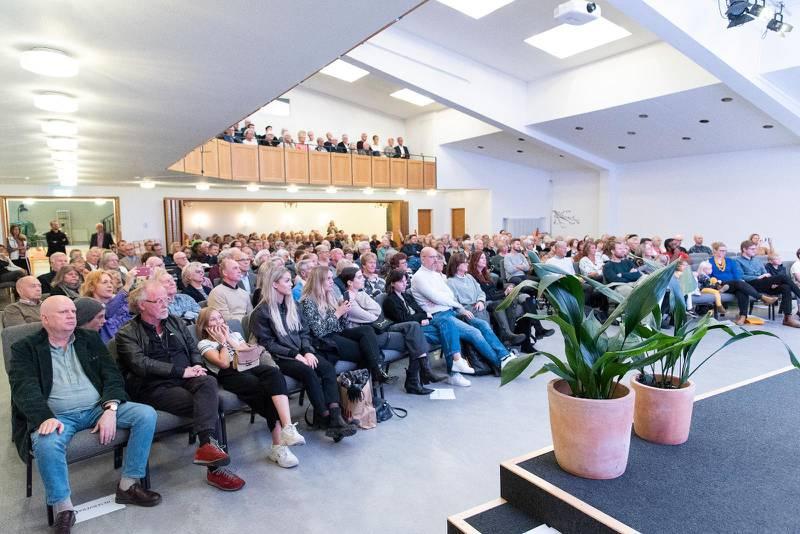 Fullsatt till sista plats i Pingstkyrkan Södertälje denna lördagskväll.