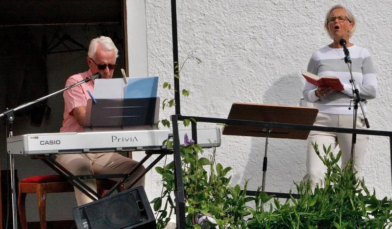 Paret Gard har under många år rest omkring och haft sångframträdanden i flera kyrkliga sammanhang.