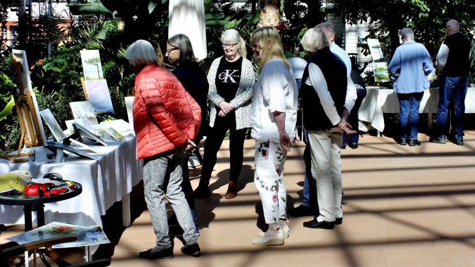 Tre äldre damer skapar konst i coronatid
