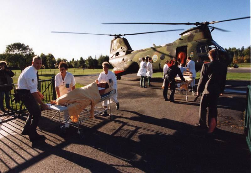 En överlevare flyttas från svenska marinens helikopter från olycksplatsen till sjukhus i Stockholm.