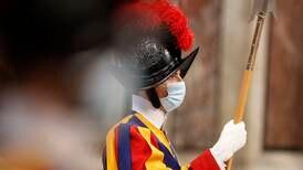 Tre vaccinvägrande påvevakter lämnar gardet