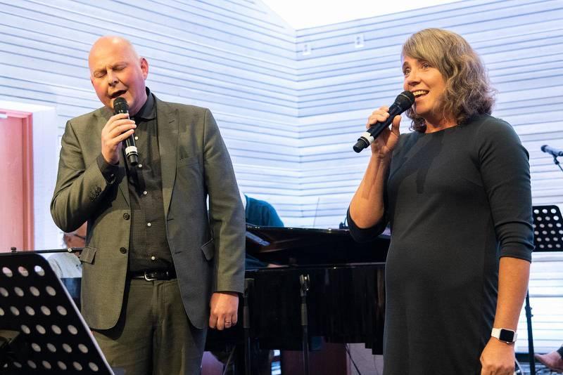 """Makarna Thomas och Zara Hallström är pastorspar i Södertälje Pingstförsamling. Tillsammans sjöng de """"Det enda jag vet""""."""