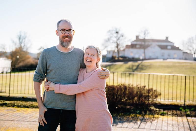Petra och David Kjellgren utanför bibelskolan i Rimforsa.