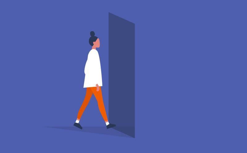 Ung kvinna går mot öppen dörr.