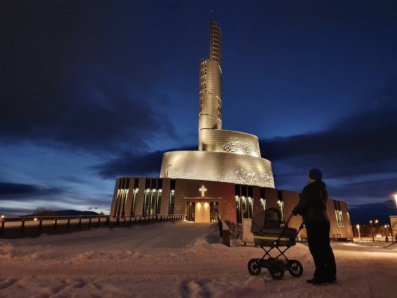 Kyrkobyggnaden: Nordlyskatedralen i Alta i Norge.