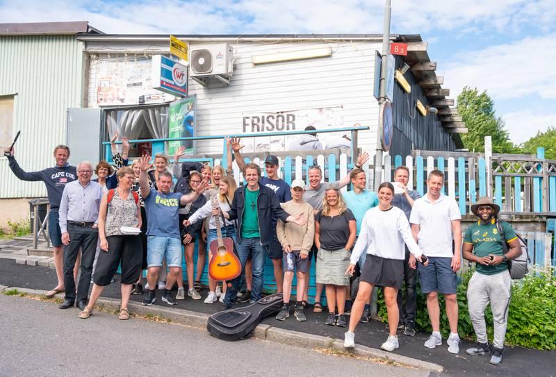 Musikern Peter Pop Lundbäck med personer från Equmeniakyrkan Loo i Alingsås utanför Somaliska  caféet under Food Walk Bergsjön.
