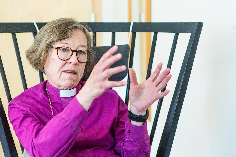 BISKOPEN. Eva Brunne är en biskop som skapade rubriker redan samma dag som hon vigdes till sitt ämbete, då hon blev världens första öppet lesbiska biskop. Sedan dess har hon hamnat i rampljuset flera gånger, av olika anledningar. Efter sommaren lägger hon ner staven och går i pension.