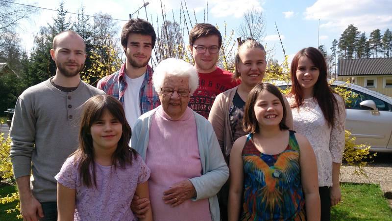 Märta med sina barnbarns barn.