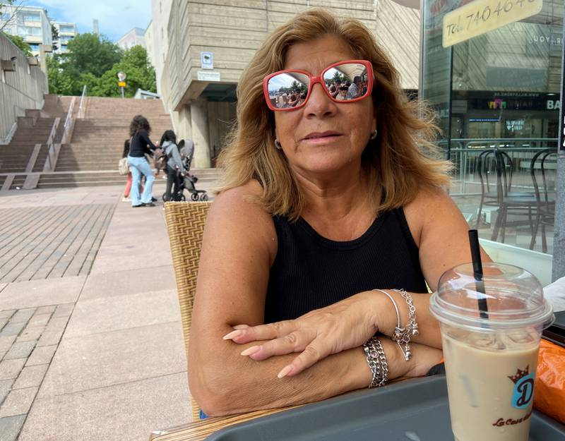 Margarita Rojas från Vårby gård sitter med en islatte, en kall kaffe, på Billströms i Skärholmen.