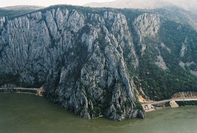Utsikt mot nationalparken Djerdap på Järnportens serbiska sida. Lägg märke till bilvägen som försvinner in i tunneln.