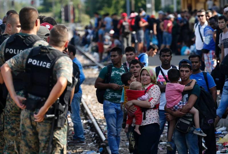 En grupp flyktingar väntar på ett tåg som de hoppas ska ta dem från staden Gevgelija i södra Makedonien till Serbien.