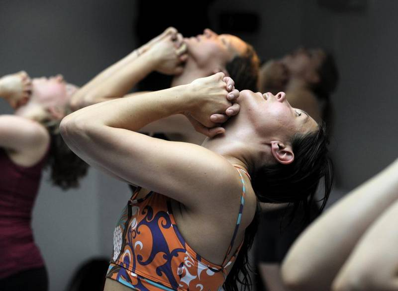 Yogaeventen i kyrkan blev populära och lockade hundratals intresserade. (Observera att personer på bild inte har samband med artikel - bild från pass i bikramyoga i Stockholm).
