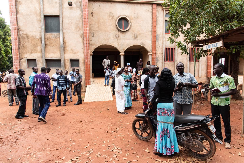 """Ouagadougou. Pastor Innocent Kientegas kyrka är en av huvudstadens drygt 100 pingstförsamlingar och har ett namn som direkt översatt betyder """"Den brinnande busken""""."""