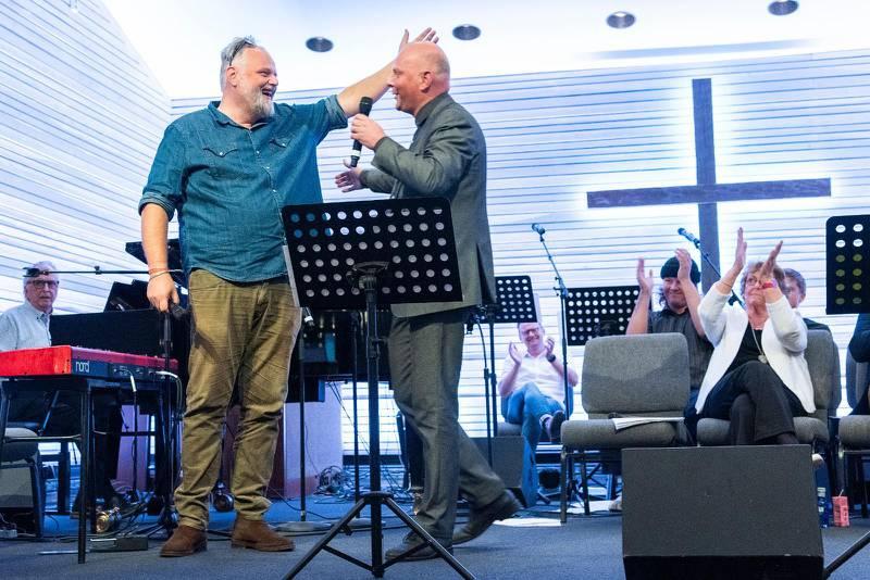 """Kom i min famn! Efter att bröderna Peter Hallström och Thomas Hallström sjungit """"Gå bönernas bro"""" tillsammans föll de i varandras armar."""