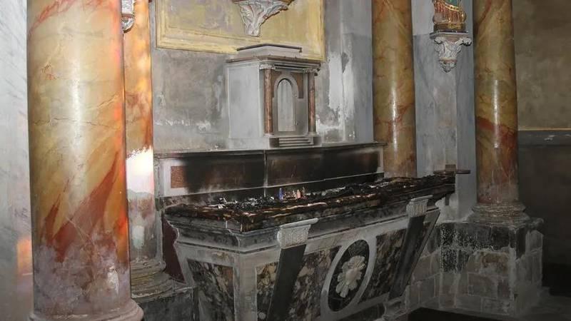 I Saint-Alainkyrkan i Lauvar i södra Frankrike brändes en altarduk och statyer slogs sönder.