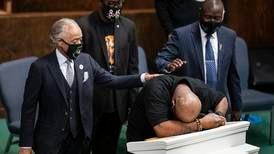 George Floyds familj samlades i kyrkan inför rättegången