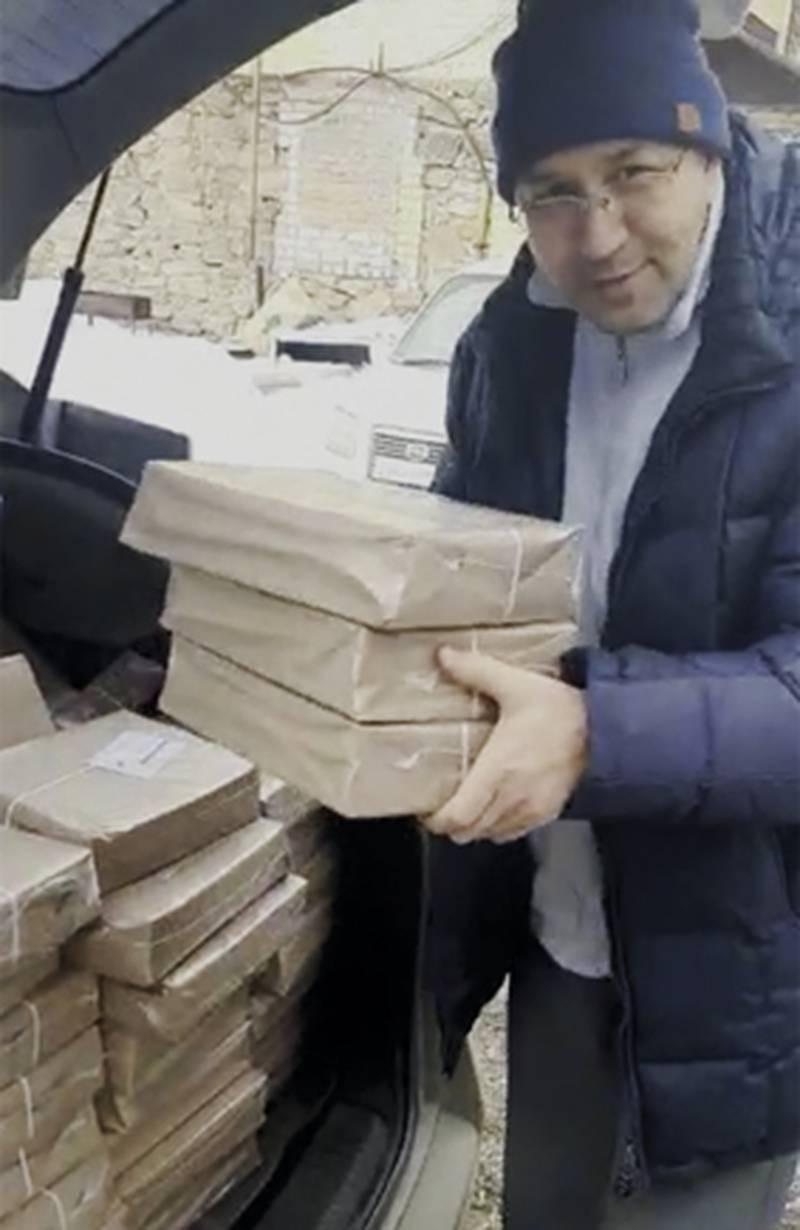 Ryssland pastor med böcker.