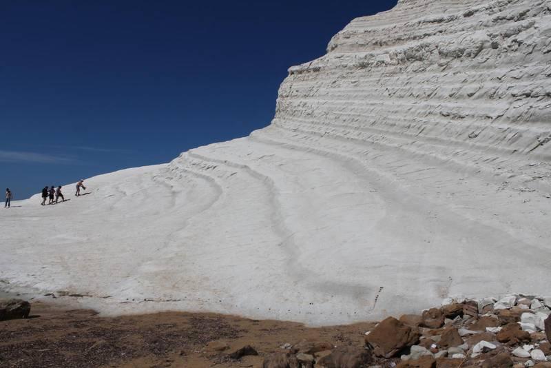 "Likt ett isberg som kommit ur kurs ligger kalkstensklippan ""Scala dei Turchi"" på Siciliens sydkust."