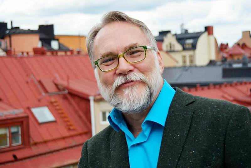 """Ray Baker är teol. dr. och medarbetare i Apologia – Centrum för kristen apologetik. Han är medförfattare och en av redaktörerna till boken """"Bekänna färg""""."""