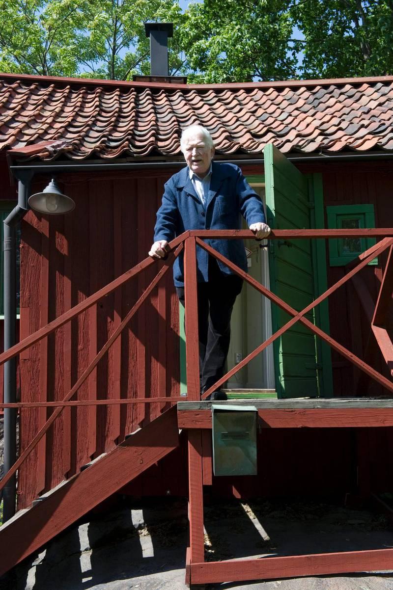 2011. I juni fyllde Hans Alfredson 80 år. Här är han fotograferad utanför sin skrivarstuga i Vitabergsparken i Stockholm.