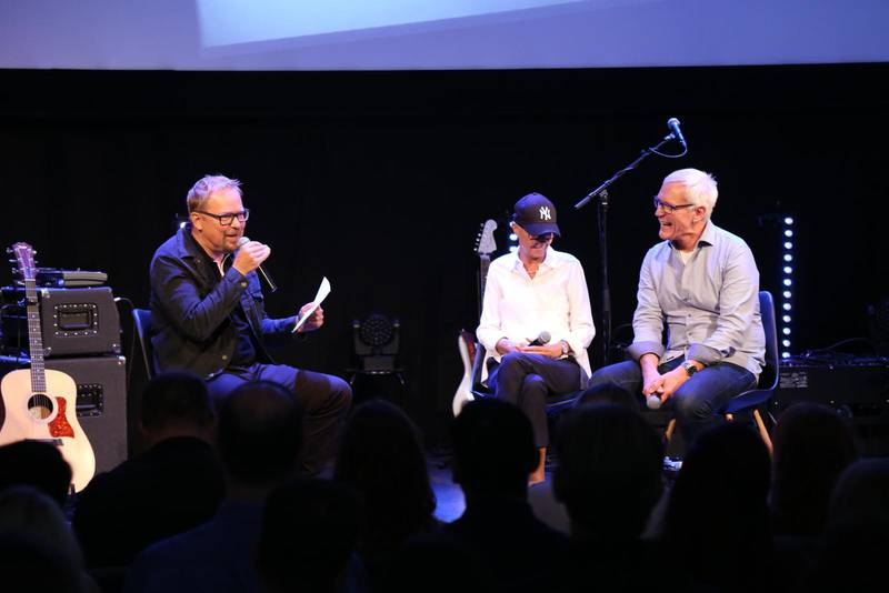 Anders Olsson intervjuar Kärstin och Åke Carlson vid festgudstjänsten då medlemmar från Livets ords församling välkomnades in i Connect church.
