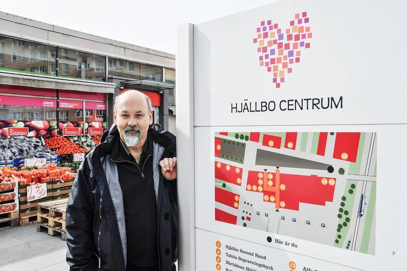 Emanuel Furbacken på torget i Hjällbo.