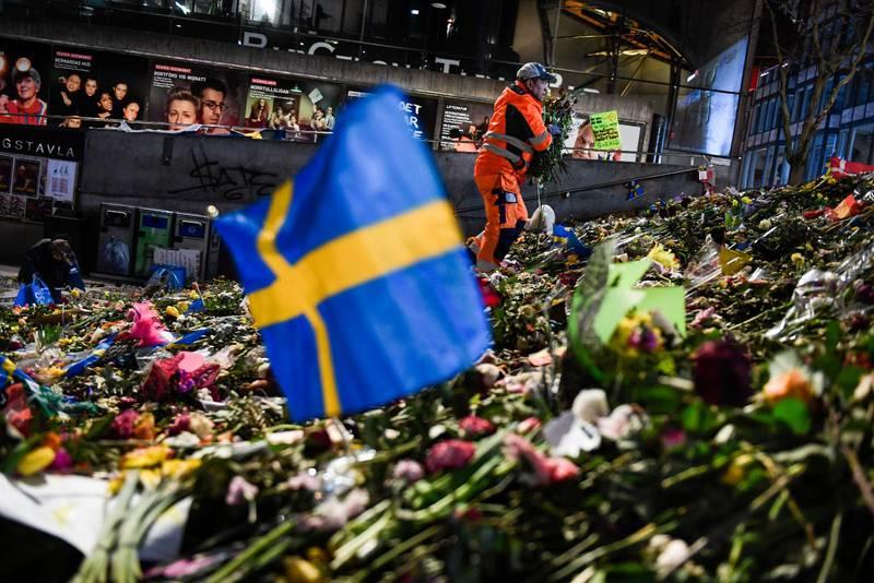 Blomhav på Sergels torg i Stockholm efter att Rakhmat Akilov utfört sitt dåd.