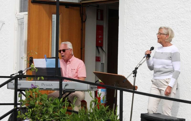 Den här söndagen gästades församlingen av det sjungande och spelande paret Lilian och Ingemar Gard.