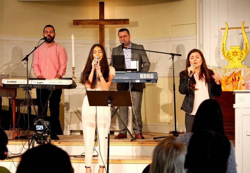 Det var mycket folk och glädjefyllt lovsång som vanligt då den arabiska församlingen samlades.
