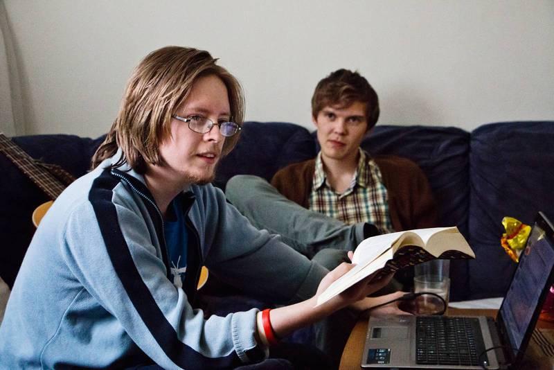 Varje kväll samlas Kollektivet till bön. De är alla studenter och ofta blir det teologiska samtal och diskussioner om livet. På bilden Micael Grenholm och Andreas Lundström.