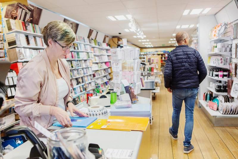 Coronapandemin har inneburit en svår situation för kristna bokförlag och bokhandlar. På bilden ser vi Lisa Andersson i butiken Nya Musik i Jönköping.