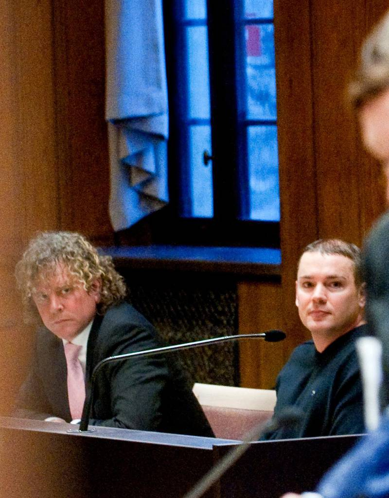 """Försvarsadvokat Björn Sandin tillsammans med den Anders Högström, som i rättegången misstänktes vara hjärnan bakom stölden av järnportalen med texten """"Arbeit macht frei"""" från förintelselägret Auschwitz. Bild från 2010."""