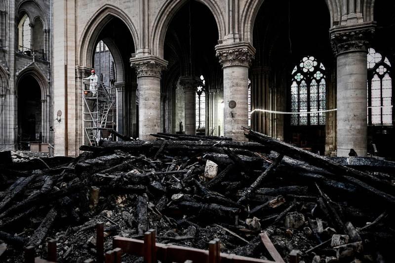 Den gotiska katedralen Notre Dame eldhärjades svårt i april. Nu pågår en arkitekttävling för hur kyrkan ska renoveras.