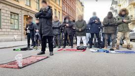 Muslimsk böneprotest utanför franska ambassaden