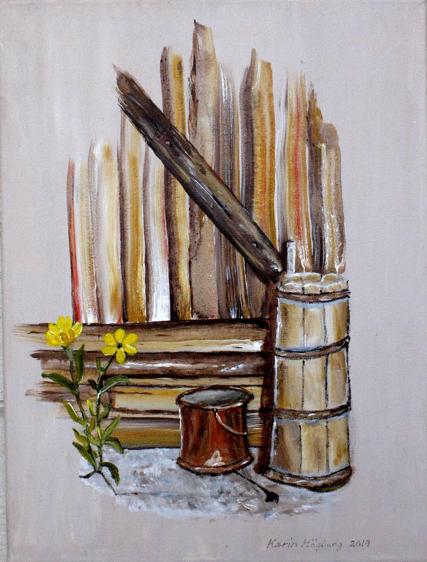 Tavla av Karin Högberg. Motiv: Hörnet på ett trästaket, kopparhink, gula blommor.
