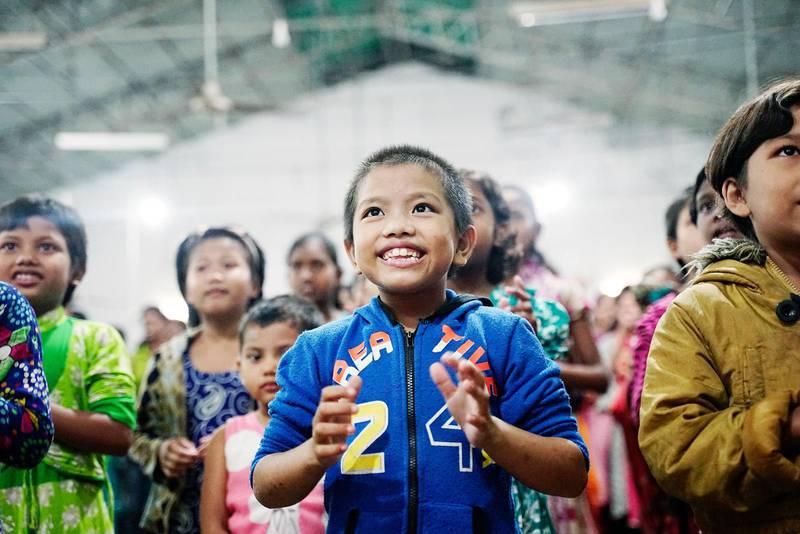 När sexåriga Pushpani Kumi först kom till skolan i norra Bangladesh var hon ensam om att tala sitt folks språk. Men nu kan hon mer och mer av det gemensamma språket bengali och har börjat skratta igen.Foto: Jonatan Sverker