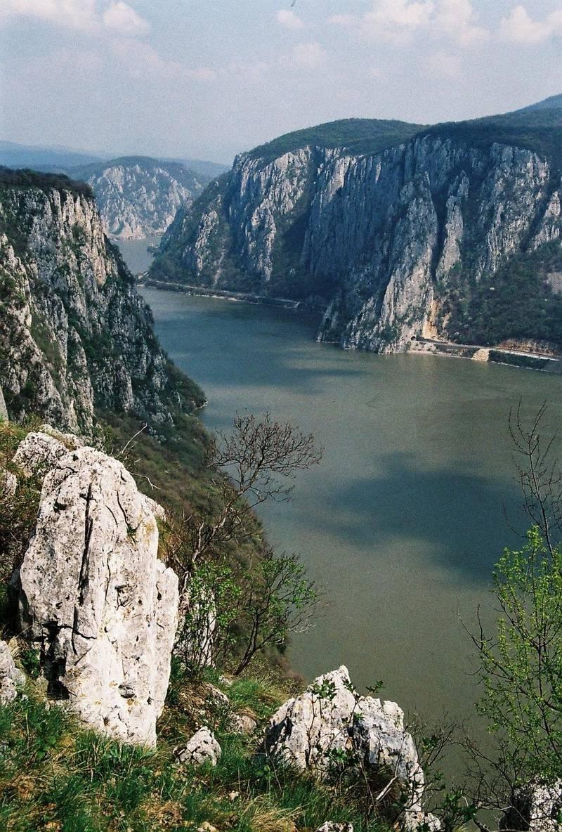 Hisnande höjder. Donau lite uppströms Dubova.
